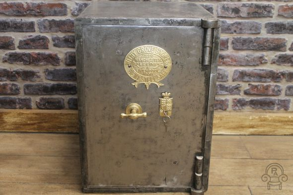 antique safe001